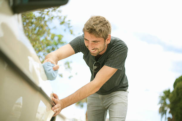 Homme qui entretient sa voiture